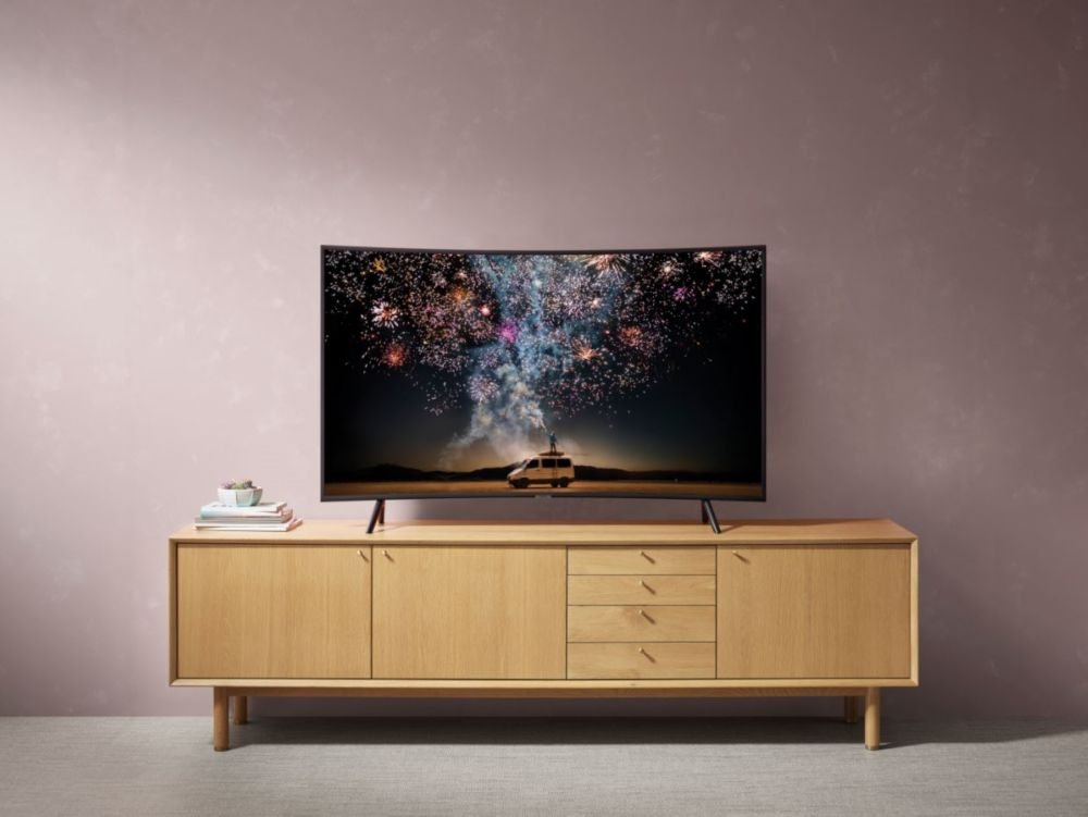 TV incurvé Samsung 4K UHD au sein d'un salon